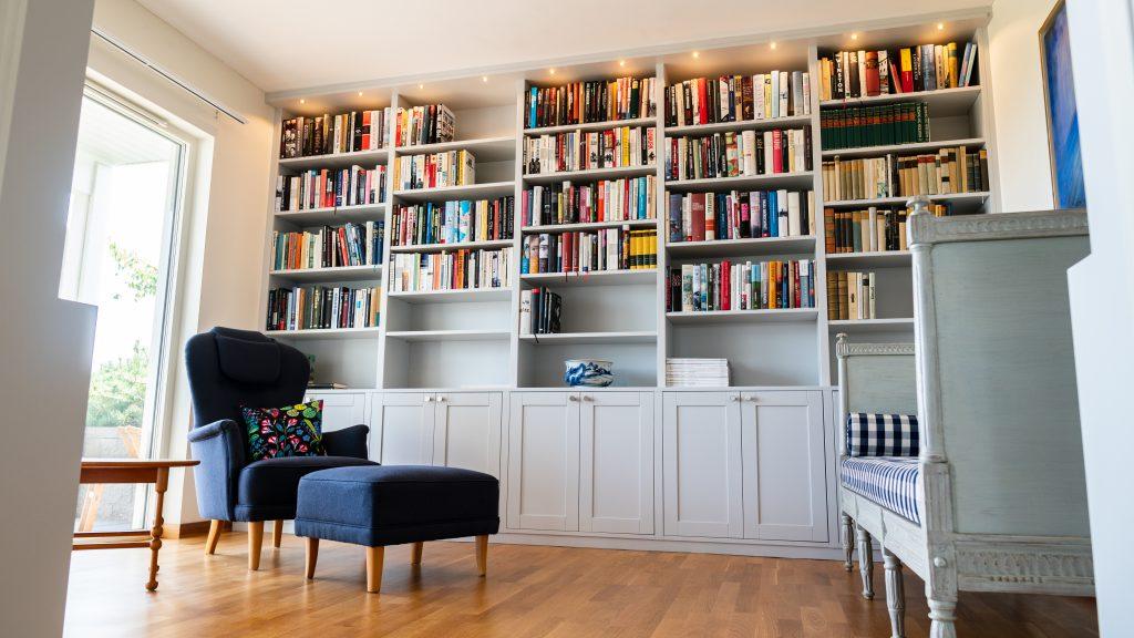 Väggfast bokhylla